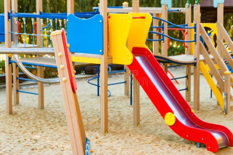 Patio de los niños y complejo moderno con las instalaciones al aire libre fotos de archivo