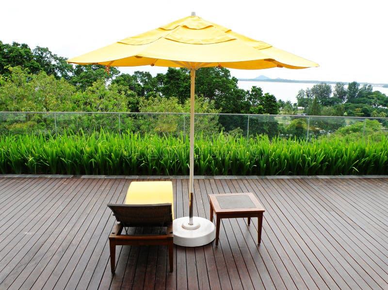 Patio de madera y muebles al aire libre fotografía de archivo libre de regalías