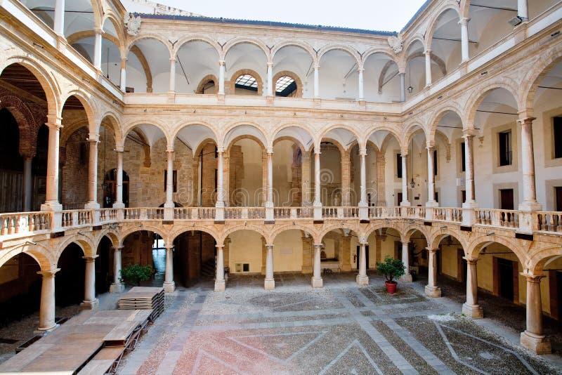 Patio de Palazzo Reale en Palermo imagenes de archivo