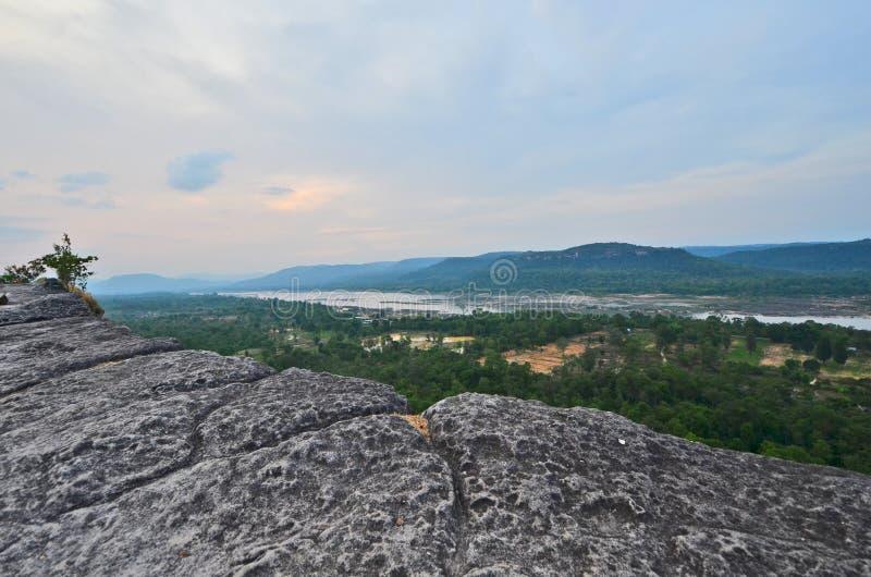 Patio de roche au-dessus de forêt tropicale avec le ciel nuageux en Asie photo libre de droits