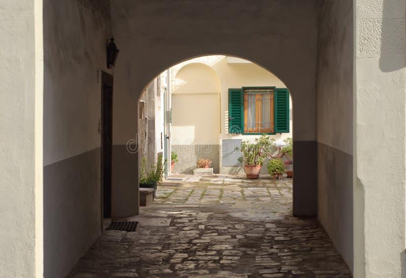 Patio de un edificio en Italia foto de archivo