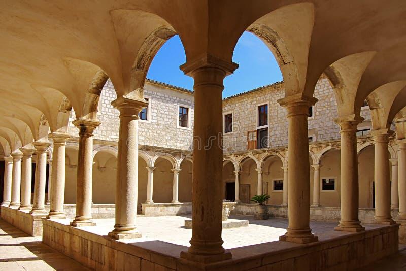Patio de un templo. Zadar, Croatia foto de archivo