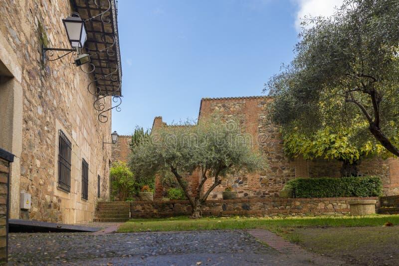 Patio de una casa vieja en el centro histórico de la ciudad foto de archivo libre de regalías