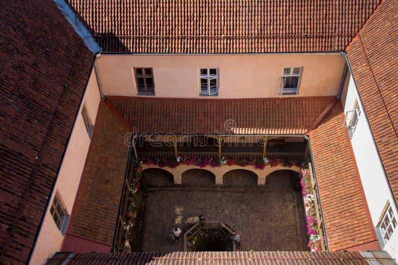 Patio del castillo fotografía de archivo libre de regalías