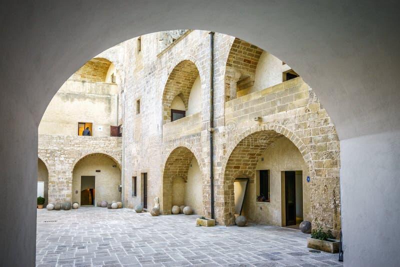 Patio del castillo de Aragonese en Otranto, Apulia, Italia imagenes de archivo