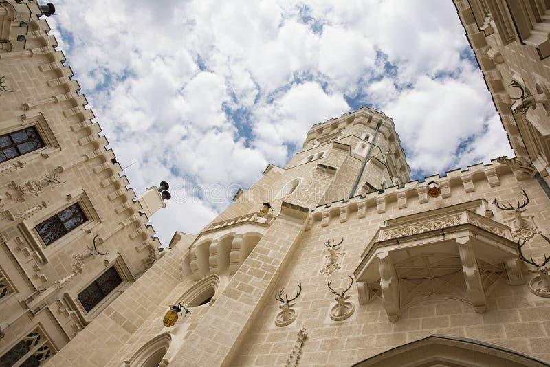 Patio del castillo de Hluboka, castillo magnífico del castillo francés del estilo de Windsor en Hluboka nad Vltavou, República Ch imágenes de archivo libres de regalías