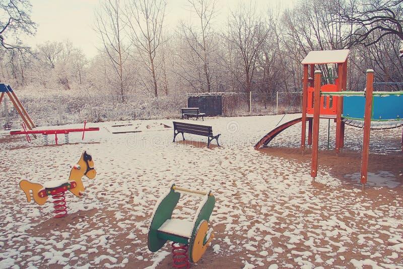 Patio del invierno para los niños cubiertos en la nieve blanca imágenes de archivo libres de regalías