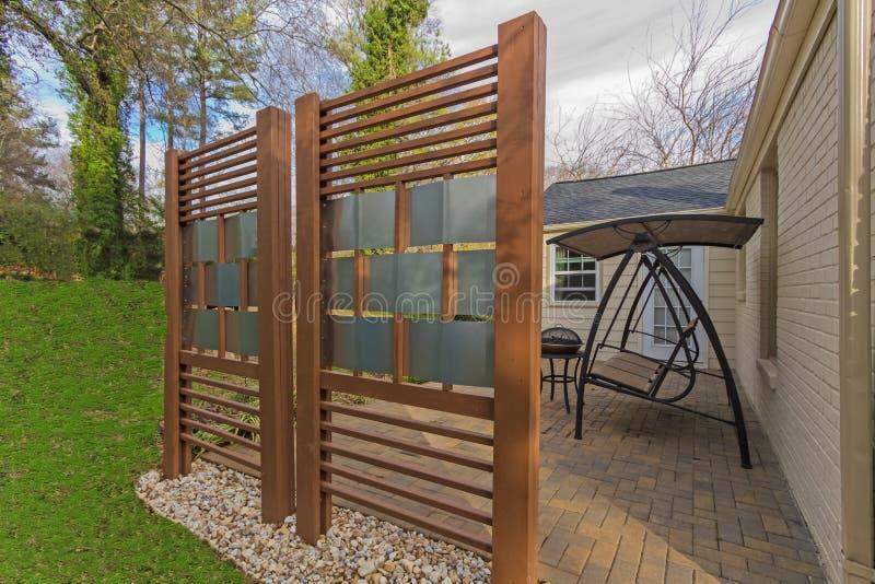 Patio del patio trasero con la cerca de la privacidad de DIY fotos de archivo