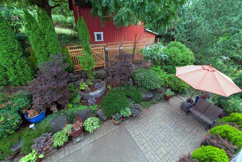 Patio del patio trasero que ajardina con la descripción roja del granero fotografía de archivo libre de regalías