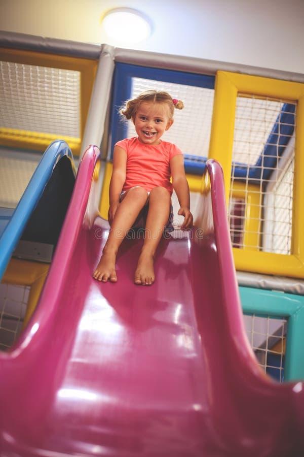Patio del perno de la niña Muchacha caucásica que resbala en trineo largo imagen de archivo