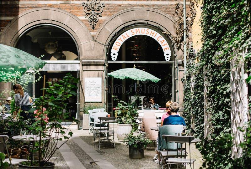 Patio del restaurante en Copenhague, Dinamarca fotos de archivo