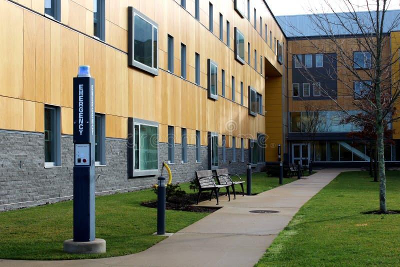 Patio en campus de la universidad foto de archivo
