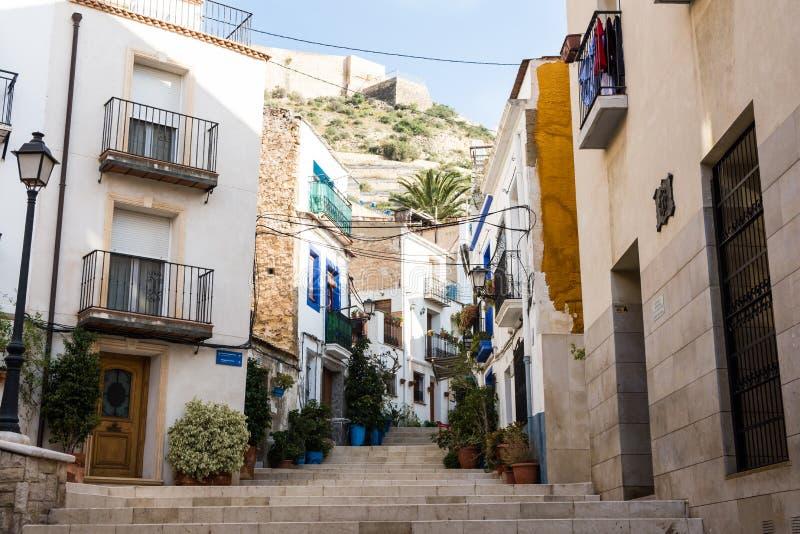 Patio en el distrito histórico viejo de Santa Cruz de la escalera de Alicante que lleva a la montaña de Santa Barbara foto de archivo