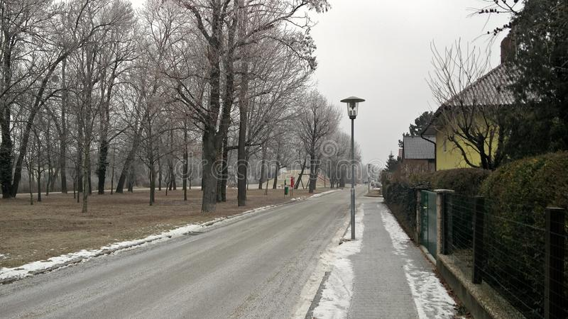 Patio frío escarchado de Austria Florianigasse de la nieve de las calles del invierno imagenes de archivo