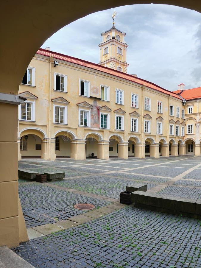 Patio grande de la universidad de Vilnius foto de archivo libre de regalías