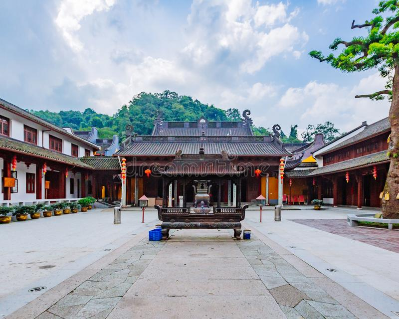 Patio interno del templo budista de Fajing, Hangzhou, China fotografía de archivo