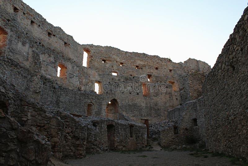 Patio interno gótico temprano con los restos de edificios residental en el castillo Topolcany, Eslovaquia fotografía de archivo
