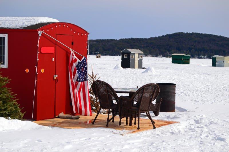 Patio meble na zewnątrz lodowej połów chałupy na zamarzniętym jeziorze obraz stock