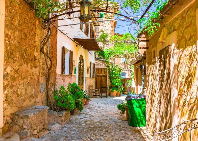 Patio mediterráneo de la casa fotografía de archivo