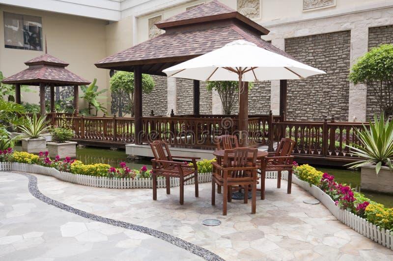 Patio mit Tabelle und Stühlen lizenzfreies stockbild