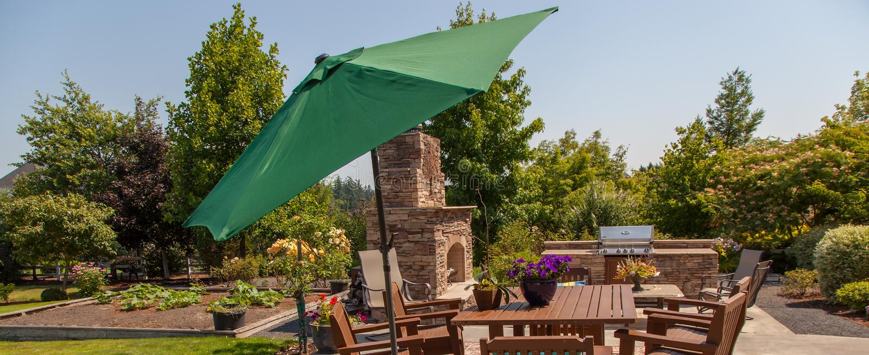 Patio ogród z zielonym parasolem i obraz royalty free