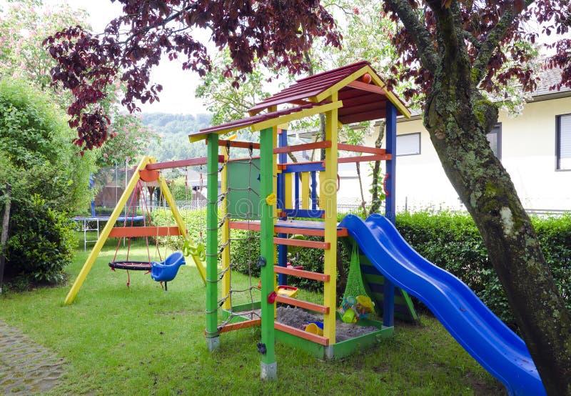 Patio para los niños en el patio trasero fotos de archivo