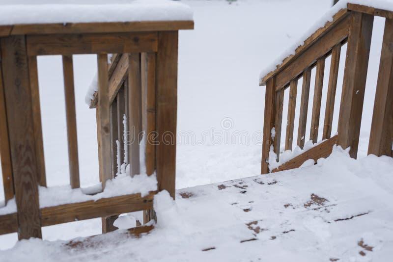 Patio pokładu wejście podczas zimy z śniegiem zdjęcie stock