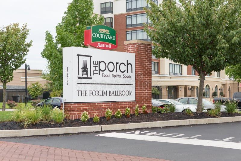 Patio por exterior del motel de Marriot imagenes de archivo