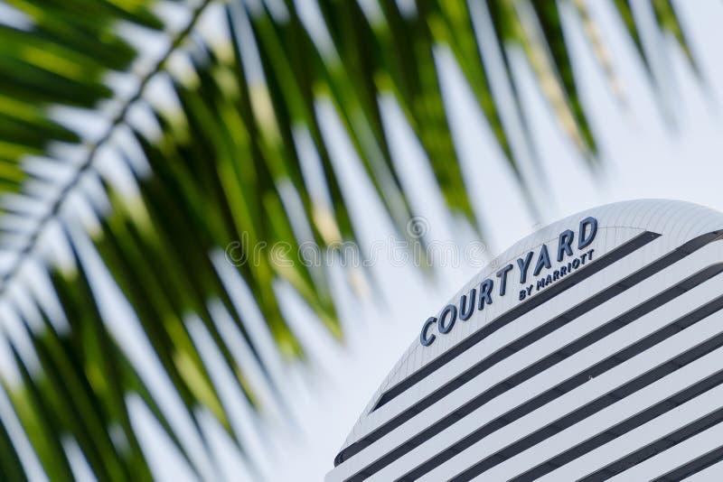 Patio por la muestra de Marriott, rodeada por las hojas de palma fotos de archivo libres de regalías