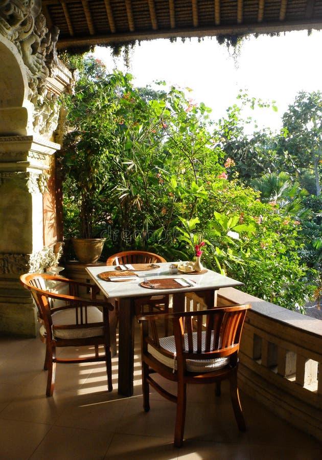 Patio pranzante esterno tropicale fotografia stock libera da diritti