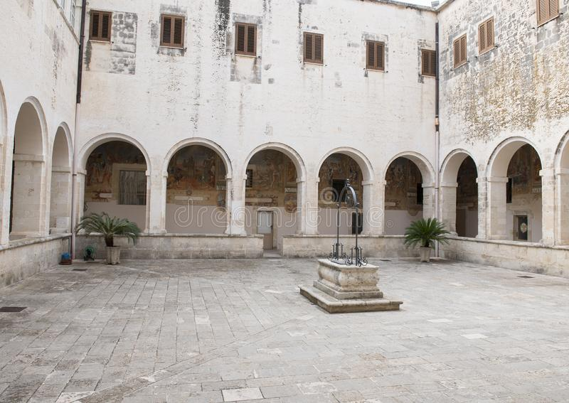 Patio sellado del pozo de agua en el centro, ` Alejandría, Galatina, Italia de Santa Caterina d de los di de la basílica imagen de archivo