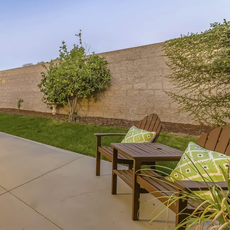 Patio spacieux de vue à l'arrière-cour d'une maison avec une allocation des places et une salle à manger photo libre de droits