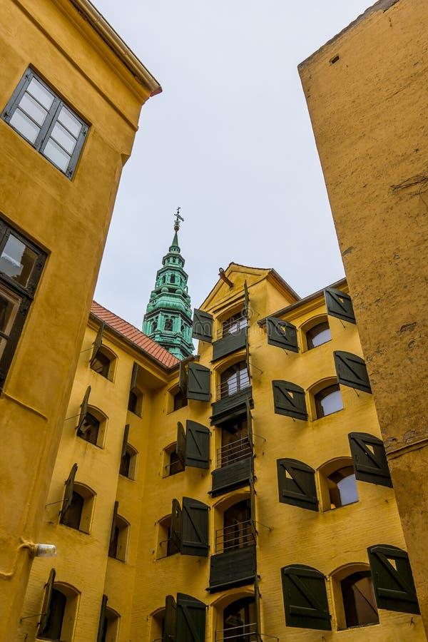 Patio trasero con los apartamentos amarillos en Copenhague fotografía de archivo