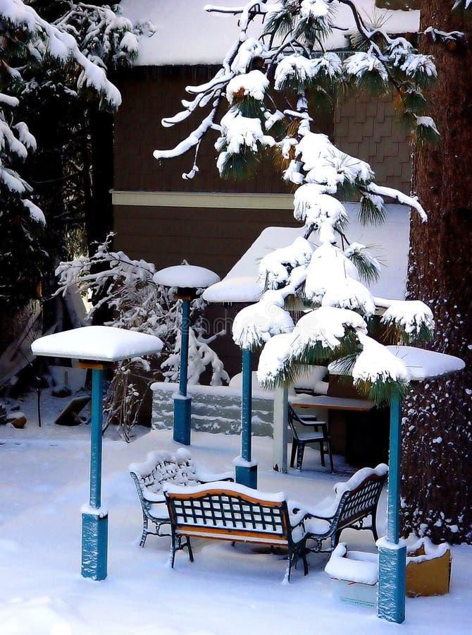 Patio trasero cubierto con nieve fotografía de archivo libre de regalías
