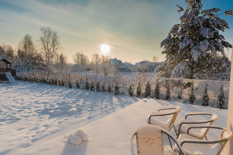 Patio trasero cubierto con nieve fotografía de archivo