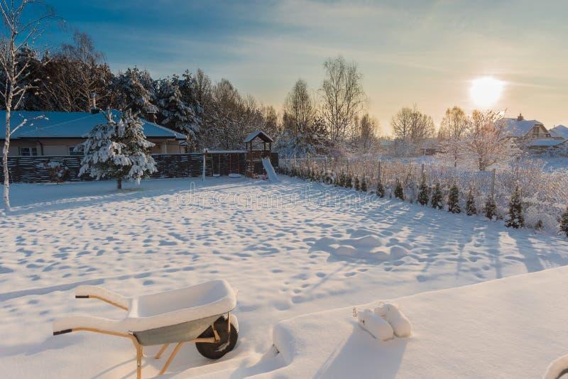Patio trasero cubierto con nieve imagen de archivo