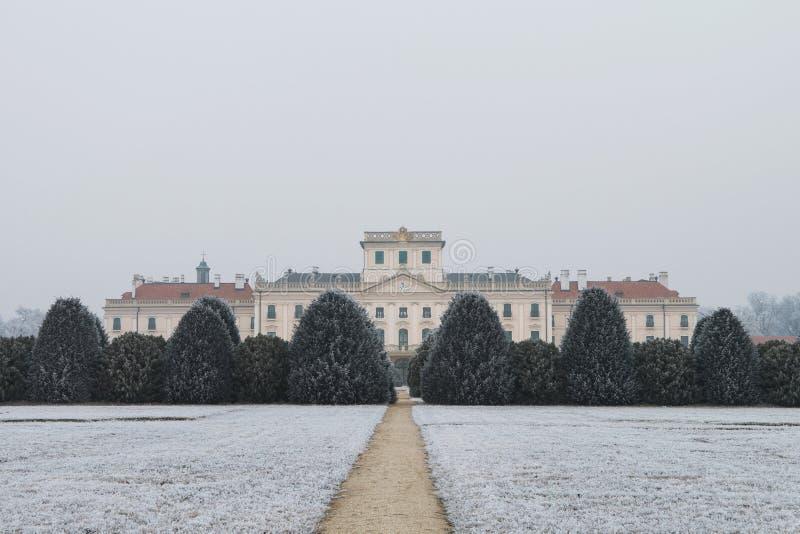 Patio trasero del castillo de Esterhazy en el invierno, Fertod fotografía de archivo