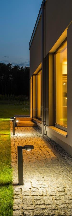 Patio trasero del chalet iluminado en la noche imágenes de archivo libres de regalías