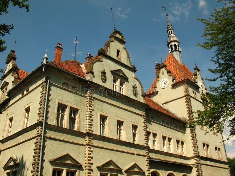 Patio trasero del palacio de Schonborn en Chynadiyovo, Cárpatos Ucrania fotos de archivo