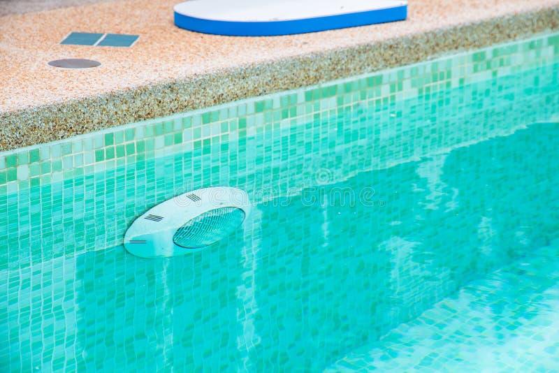 Patio trasero moderno de una piscina con agua clara fotografía de archivo