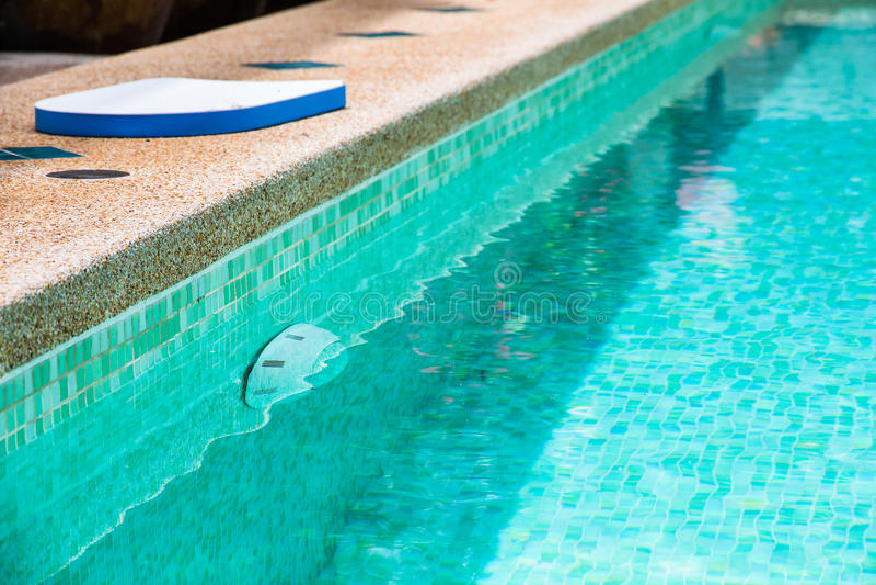 Patio trasero moderno de una piscina con agua clara imágenes de archivo libres de regalías