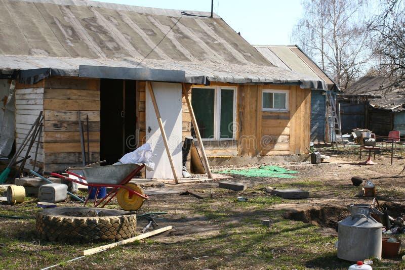 Patio trasero, pueblo ruso decaído imagen de archivo
