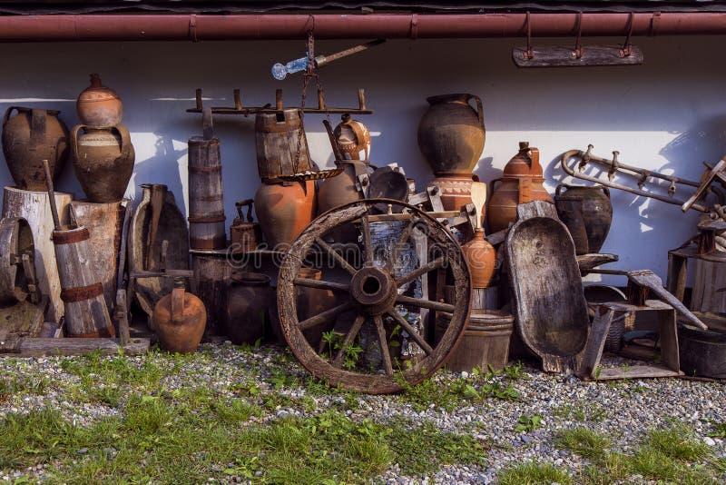 Patio trasero rumano tradicional en Horezu imagenes de archivo