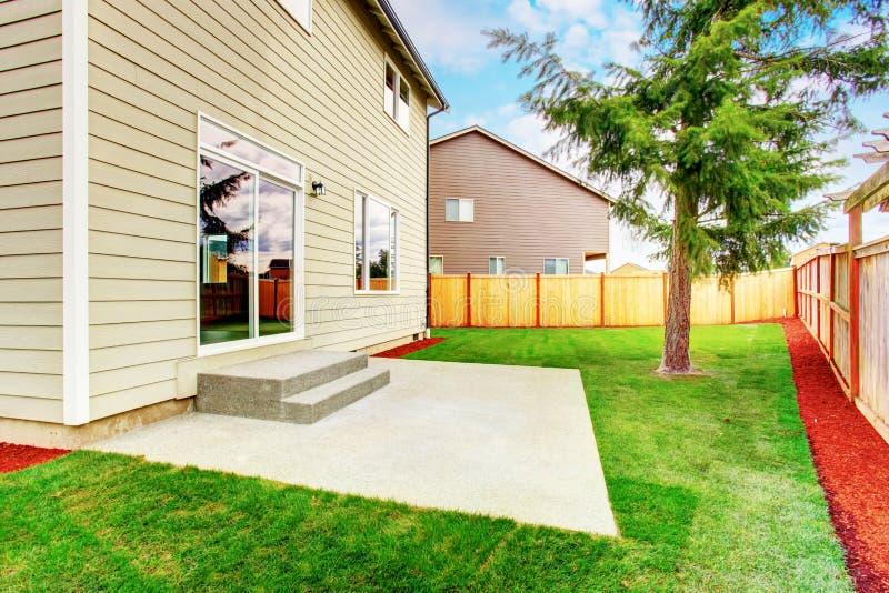 Patio trasero verde de la casa americana del beige del nivel de la remolque fotos de archivo