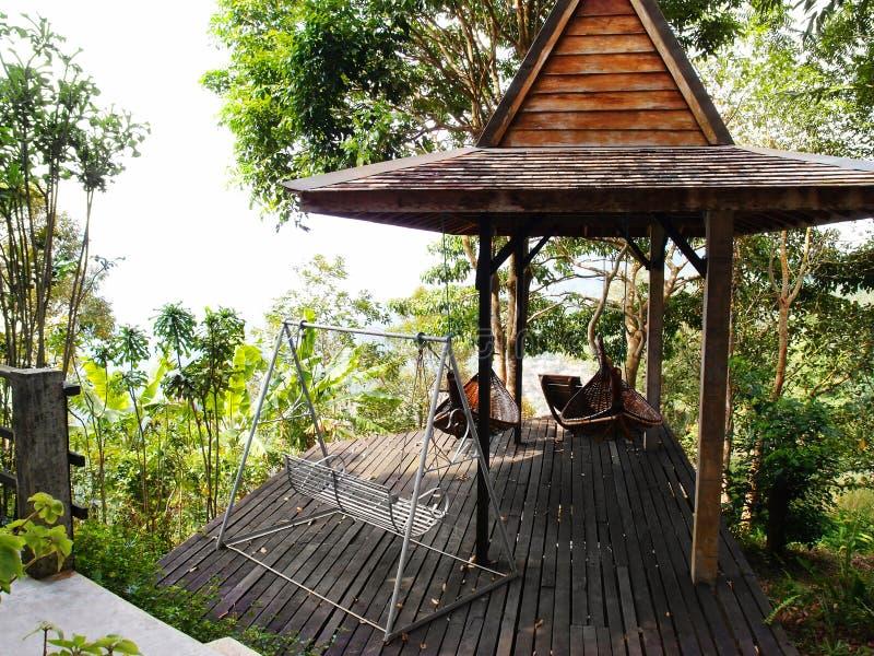 Patio tropical del centro turístico con la hamaca imágenes de archivo libres de regalías