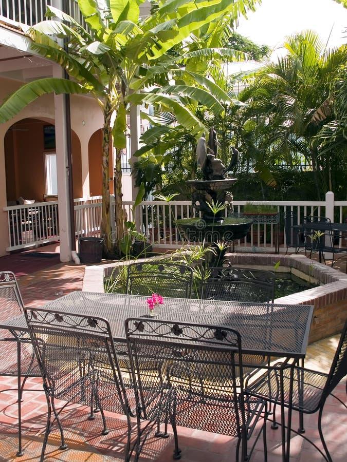 Patio tropicale con la fontana fotografia stock libera da diritti