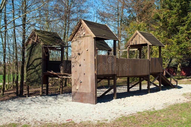 Patio vacío de los niños en parque