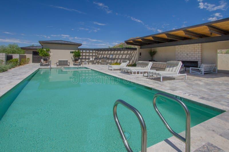 Patio y piscina al aire libre caseros de la plaza de la mansión imagen de archivo