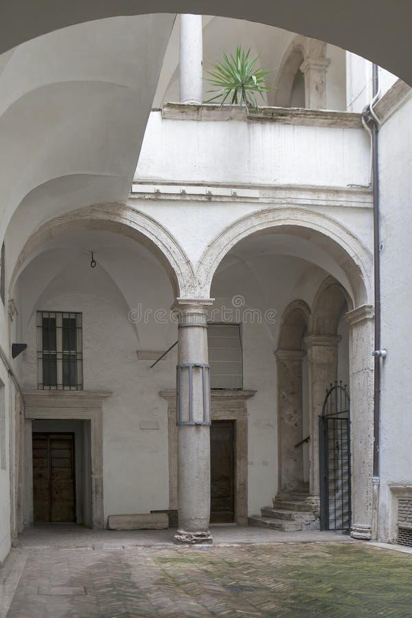 Patio z łukiem w Rzym w Włochy zdjęcie royalty free