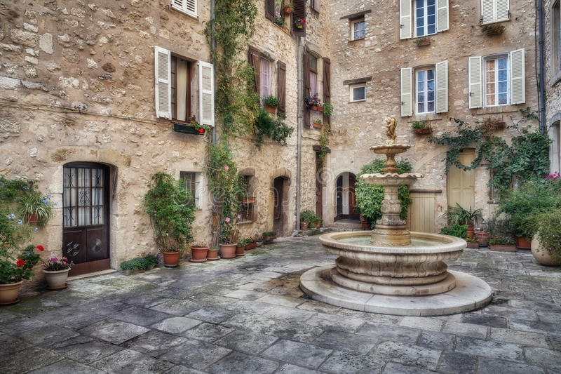 Patio z fontanną w starej wiosce Tourrettes-sur-Loup fotografia stock